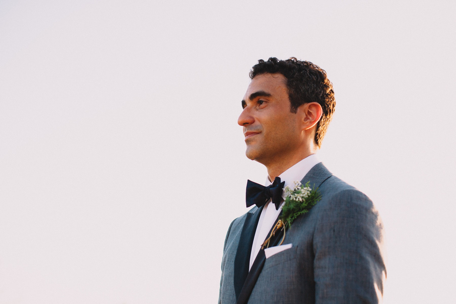 Groom in suit and bow-tie. elegant style tropical wedding